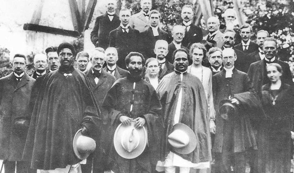 När Ras Tafari (i mitten) besökte Sverige 1924 mötte han kung Gustav V och ärkebiskop Nathan Söderblom. Här en bild från besöket på Johannelund där både EFS och BV var värdar.