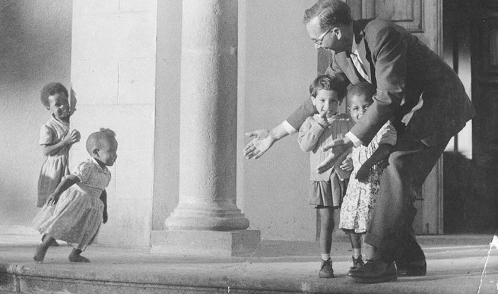 Per Stjärne leker med barn vid ingången till gamla Mekane Yesuskyrkan i Addis Abeba.