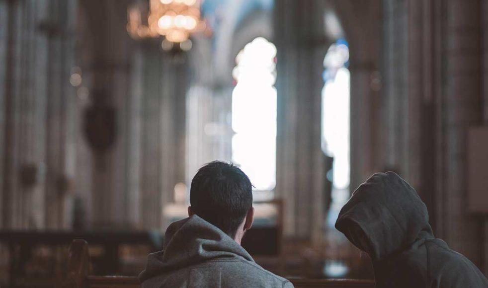 På ett boende någonstans i landet mötte Karim Javid som han tog med till en kyrka.