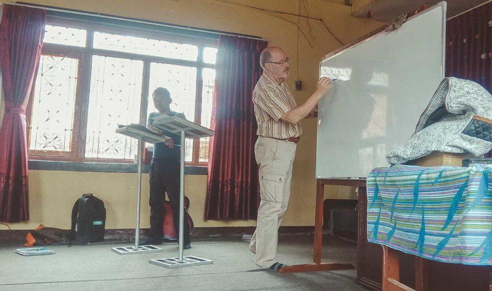 LarsOlov Eriksson tillsammans med sin tolk under ett av många undervisningstillfällen.