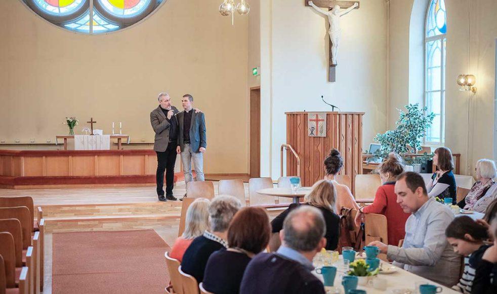 Jonas Nordén (till höger), präst i Betania, hälsar Magnus Persson (till vänster) tillsammans med församlingen välkomna till EFS bland annat genom att överlämna en inbunden utgåva av de tre första årgångarna av Pietisten från EFS arkiv.
