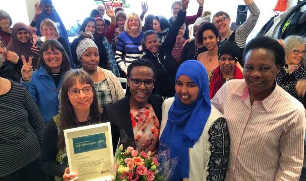 Det var extra munter stämning i lokalen när priset togs emot. Längst fram står de anställda, från vänster: Anna-Maria Niemann Björk, Marlene Mutesi, Hibo Gaalib och Keziah Ochwo.