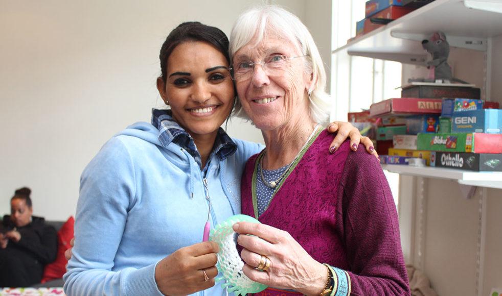 Eidl Tsfmkli från Eritrea och Birgitta Byström, pensionerad textillärare, är två av de som mötts genom projektet.