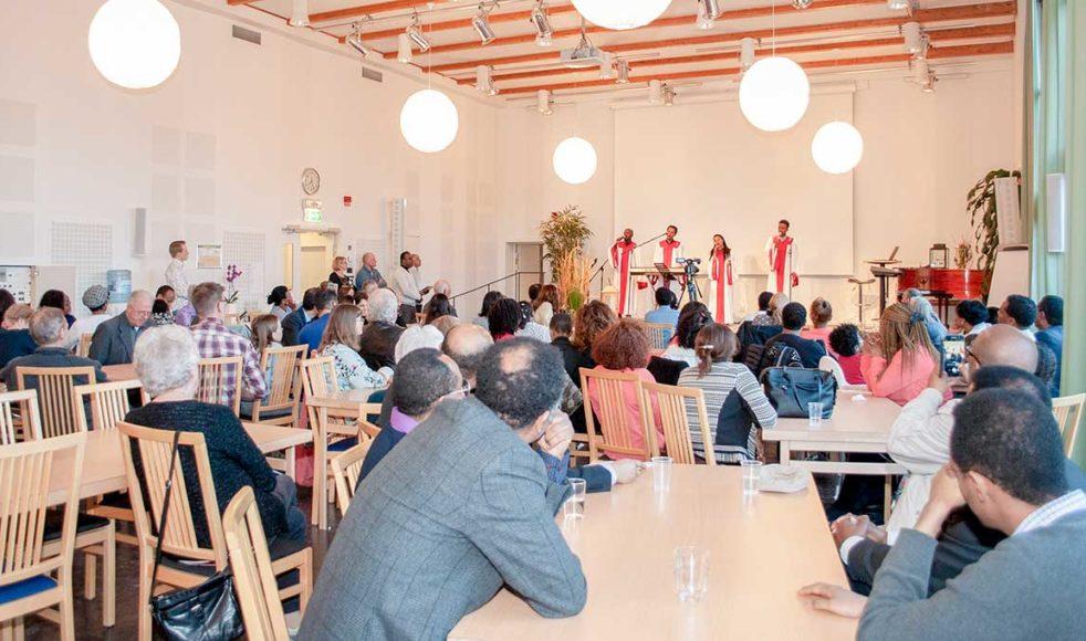 Oromogruppen i Hammarbykyrkan var en av de internationella grupper som stämde upp på sitt modersmål under missionskvällen. Totalt sjöngs det lovsång på elva olika språk: albanska, amhariska, engelska, tigrinja, franska, oromiffa, farsi, somaliska, spanska, swahili och svenska.