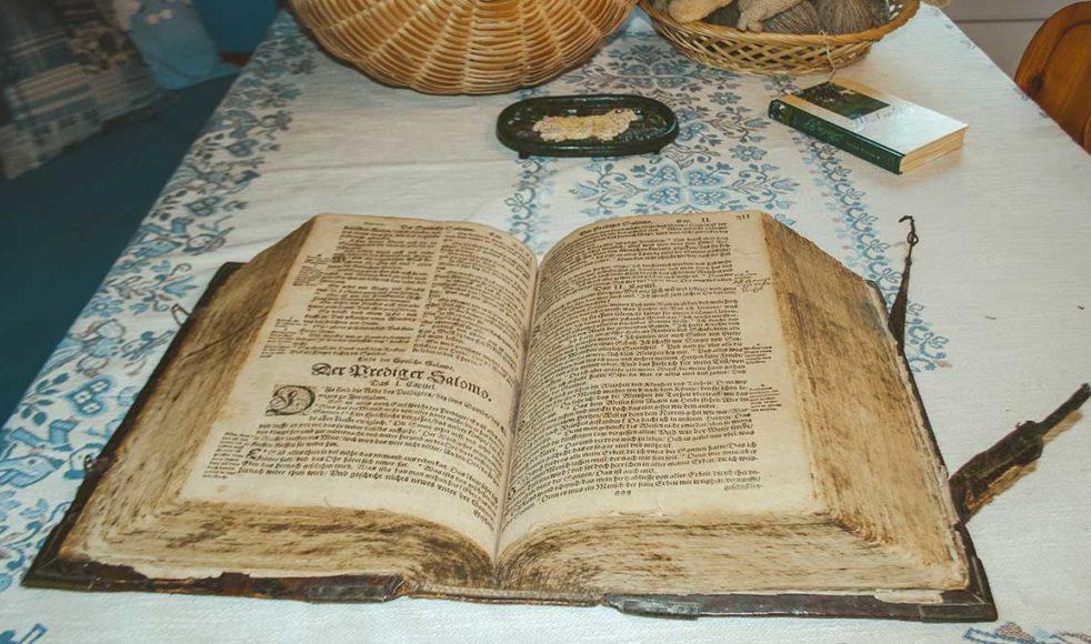 Bibeln är från 1605 och går i arv tillsammans med familjens gård.
