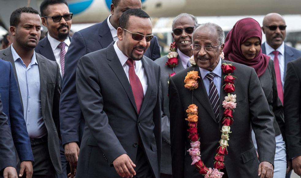 Glädjen var i centrum när Abiy Ahmed (mitten) välkomnade den eritreanska delegationen.