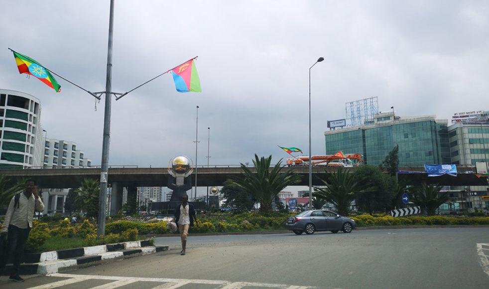 Stämningen av fred hängde bokstavligen i luften då Etiopiens och Eritreas flagga vajade sida vid sida i Addis Abeba.