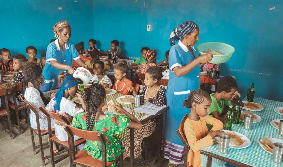 Bristen på mat är påtaglig i området runt Rama. År 2015 drabbades norra Etiopien särskilt hårt av den stora torkan i landet. Matutdelningen på fritidsgården är till stor hjälp för barnens familjer. Just denna dag firades besöket från Sverige och EFS med festmat och dryck.