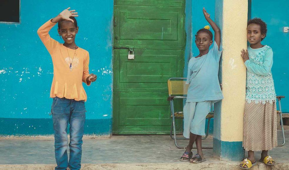 Fritidsgården i Rama ligger i norra Etiopien, nära gränsen till Eritrea. Detta är ett område som är hårt drabbat av krig, torka, matbrist och HIV. Verksamheten drivs av Mekane Yesuskyrkan i samarbete med EFS. Den riktar sig särskilt till de allra mest utsatta barnen i området och just nu finns 60 inskrivna barn. Det handlar till exempel om barn med HIV, barn med olika funktionsnedsättningar och barn som mist en eller båda sina föräldrar. Till fritidsgården kommer barnen för att leka, träffa kompisar, koppla av, läsa sina läxor och för att få mat.