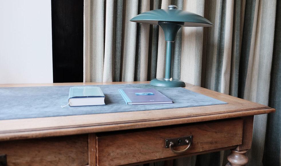 Bonhoeffers studierum i föräldrahemmet i Berlin där han arbetade med flera böcker.