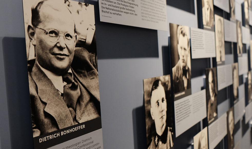 På informationscentret för motståndsrörelsen hänger Bonhoeffers bild tillsammans med porträtt av motståndskämpar.
