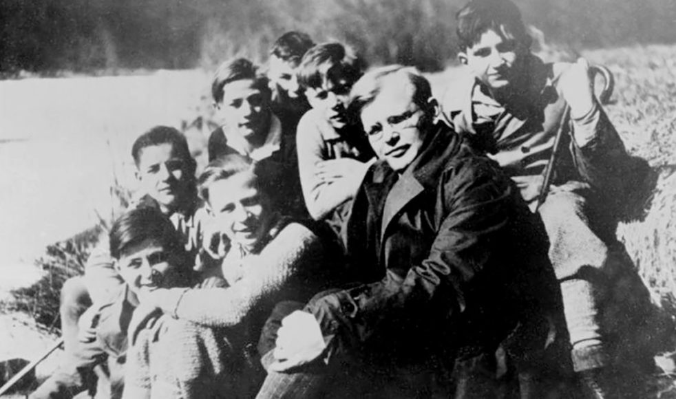 Innan kriget ledde Bonhoeffer en konfirmandgrupp i ett utsatt område. Han flyttade till området för att kunna göra hembesök hos alla konfirmandernas familjer.
