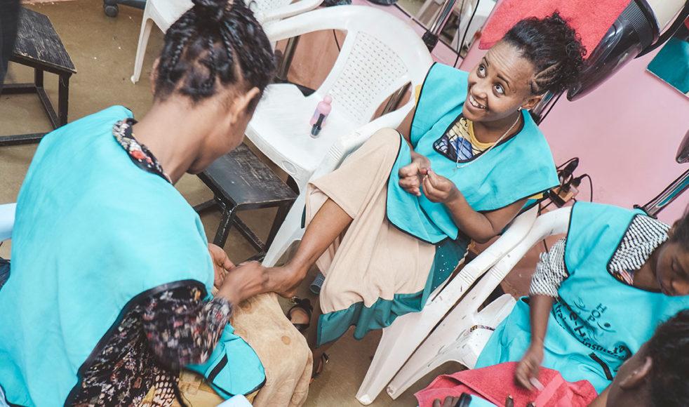 På bilden ovan ser vi Adanech Nega. Hon blev lurad till Addis Abeba av sin morbror som lovade henne att få gå i skolan, men i stället utnyttjade han henne som piga. Till slut rymde hon och fick gatan som sitt hem. Hon träffade då en prostituerad som drog in henne i det livet. Under åren som prostituerad blev hon också oönskat gravid och valde att föda sitt barn. Nu, efter att ha blivit en del av HCE, mår hon mycket bättre. Hon har lämnat sitt gamla liv bakom sig och drömmer om att öppna sin egen frisörsalong.  – Jag tackar Hope for Children som har gett mig chansen att leva igen, säger Adanech.