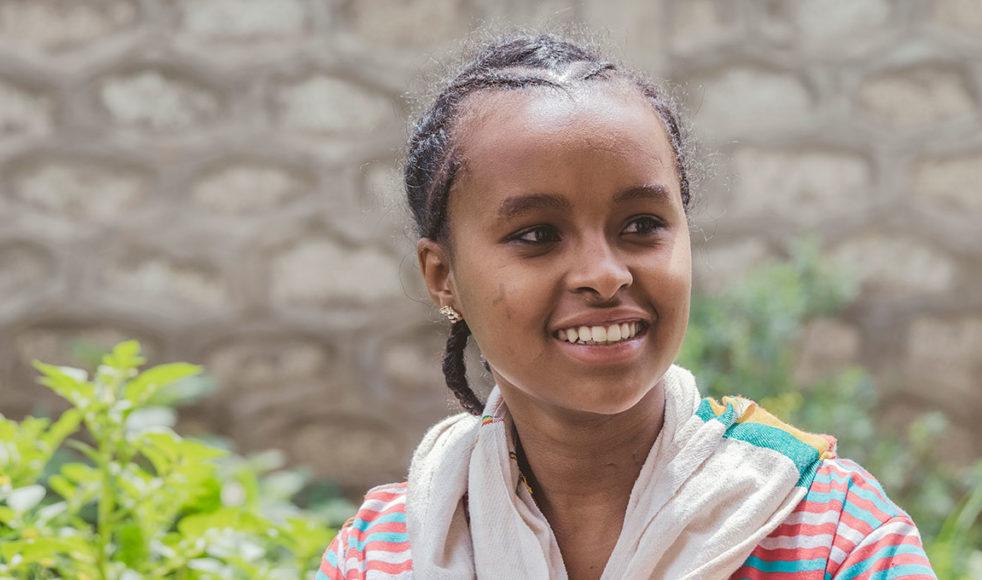 Yitayish Amdebiyhan miste båda sina föräldrar i ung ålder. Hennes kusin tog då över vårdnaden, men utnyttjade henne som tiggare och tog alla pengar själv. Via HCE får hon utbildning i att sy skinnväskor och en chans att försörja sig själv. Hennes hälsning till EFS är: – Mitt liv har verkligen varit en blandning av glädje och sorg, men det finns alltid hopp! Jag tackar så mycket för ert stöd och önskar att ni fortsätter att ge. Det finns så många fler tjejer som behöver samma chans som jag.