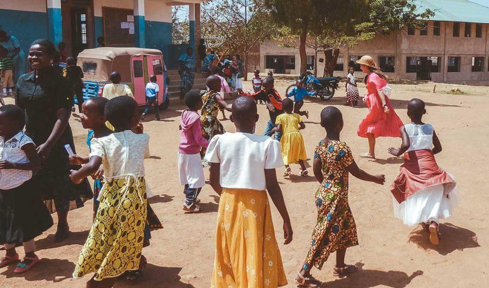 I Tanzania hindras vissa barn från att gå i skolan.  – Det kan bero på att man måste hjälpa till hemma, att barnen är sjuka, avståndet till skolan eller ekonomiska skäl. Många unga flickor slutar också skolan för tidigt om de blir gravida, säger Judith Enger.