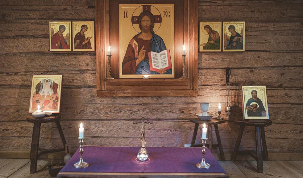 Robins intensiva dagar i verkstaden, i tystnad eller med klostermusik som sällskap, ramas in av tideböner i Antoniosgårdens kapell.