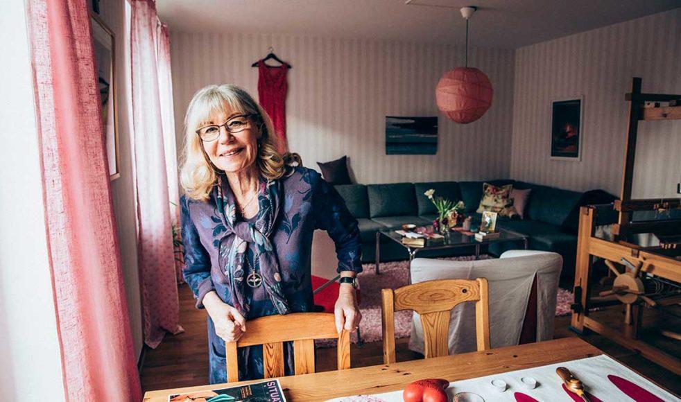 Inga, här i S:ta Clara kyrkas lägenhet på Dalagatan, ska snart fylla 70 år. Med stor tacksamhet, stolthet och glädje får hon nu se att arbetet som hon och många andra grundlagt fortsätter i full fart.