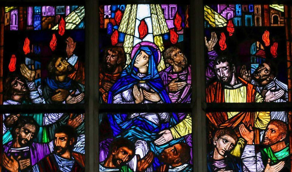 Maria och apostlarna under den första pingsten, då den helige Ande utgöts över de som var närvarande. Kyrkfönster i St Andreaskyrkan i Antwerpen, Belgien.