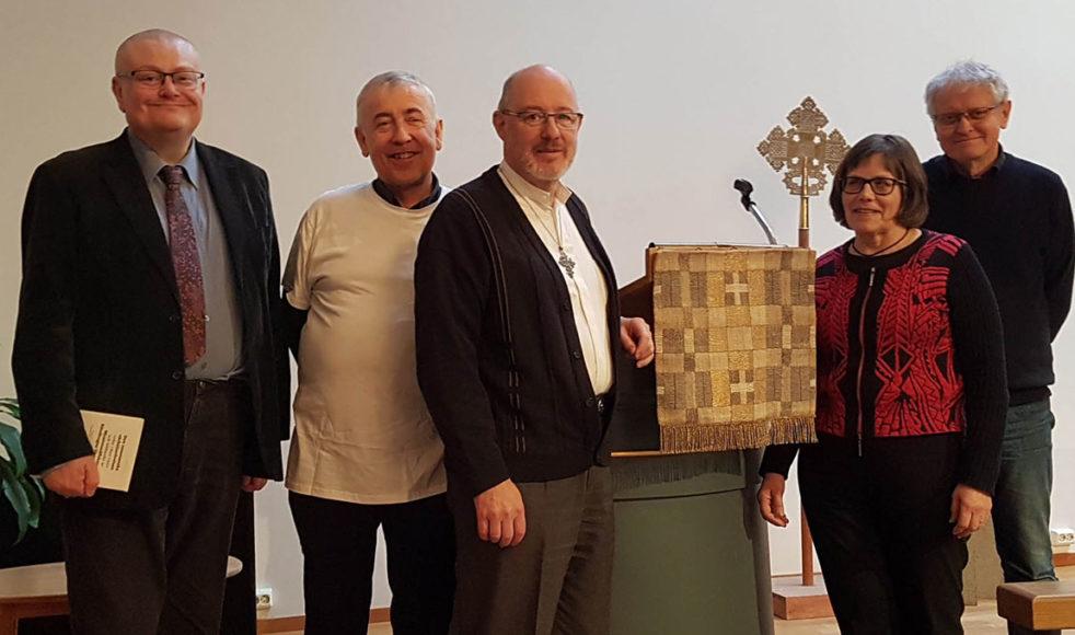 Styrelsen samlad vid Rosenius talarstol i Betlehemskyrkan. Från vänster: Torbjörn Larspers, Jens Lunnergård, LarsOlov Eriksson, Birgit Hedman och Lars G Brandt.