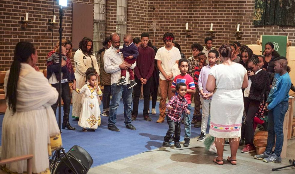 Mekane Yesuskyrkan i Skärholmen består av ett 40-tal barn och ungdomar – här står deinför församlingen för att ta emot bön och välsignelse under lördagens gudstjänst.