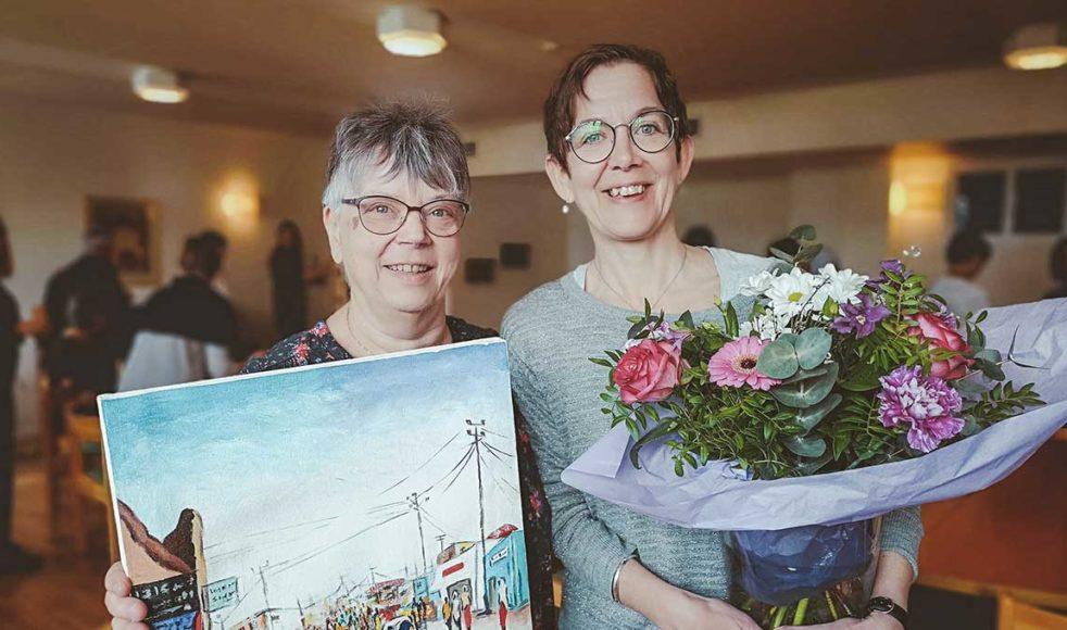 Britt-Marie Rosén avtackades av EFS missionsföreståndare Kerstin Oderhem med en tavla och blommor.