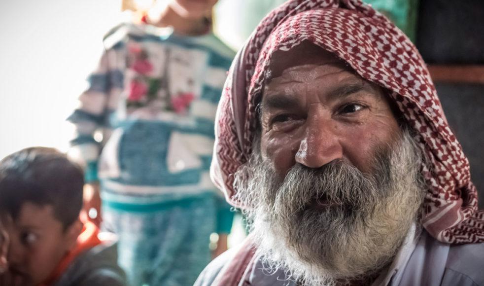 I sista minuten lyckades Hassan och hans familj undkomma IS. Han berättar om misstron mot sina forna muslimska grannar och oviljan att återvända till sin hemby, som i dag är helt mus-limsk. Fem år efter massakern bor fortfarande de allra flesta yazidier kvar i flyktingläger.
