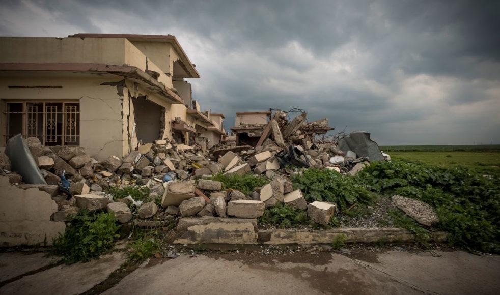 I den kristna byn Talesskef har många återvänt och återuppbyggt sina hus. Men trots det ligger fortfarande en stor del av byn i ruiner. Spår av striderna syns överallt.
