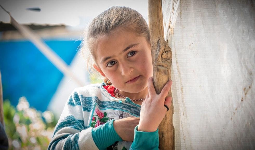Ines är ett av många yazidiska barn som just nu växer upp i olika flyktingläger. De är trots allt lyckligt lottade, många yazidiska barn gick ett fruktansvärt öde till mötes när IS intog deras byar. Som nästan alla andra lever hennes familj i provisoriska tält, som består av de vita presenningarna som FN delat ut.
