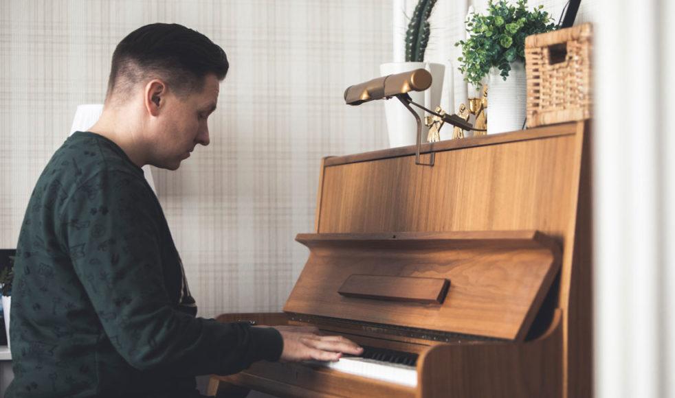 Pianot i sovrummet är nästintill det enda i hemmet som avslöjar Samuel Ljungblahds identitet som musiker.