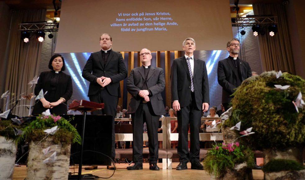 Fem nya präster välkomnades för tjänst i EFS. Fr. v.: Azita Saraii, Sebastian Holmgren, Mikael Alsholm Holmquist, James Starr och Magnus Tunehag.
