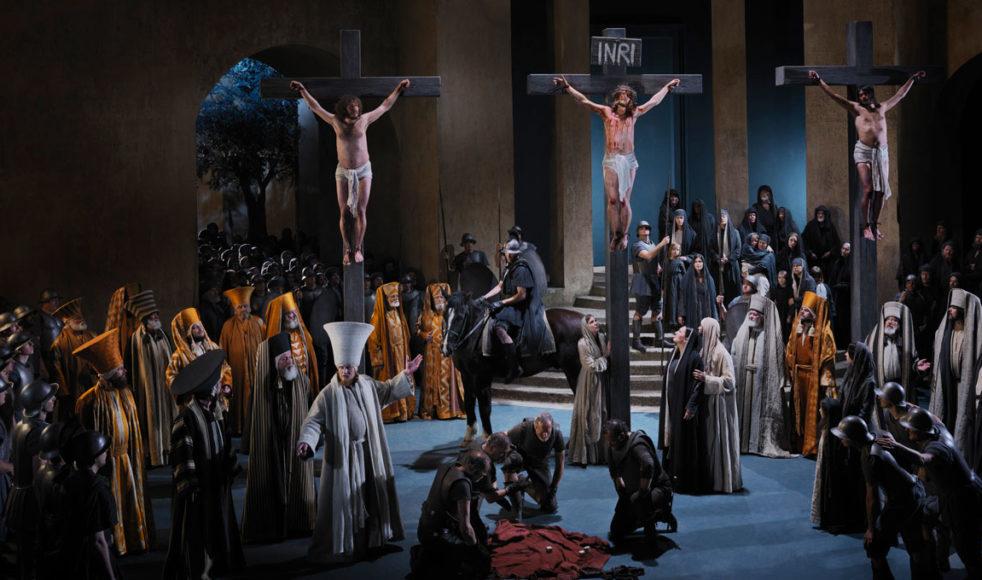 Dramatiska scener när Jesus korsfästs. Passionsspelen har pågått ända sedan 1643 och i år är det dags för den 42:a upplagan.