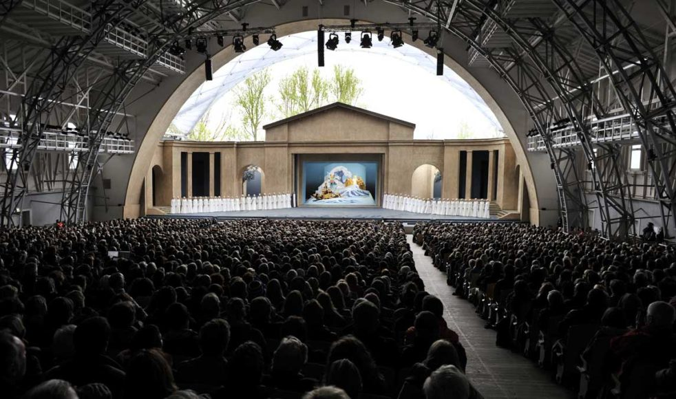 Teatern för Passionsspelen har en publikkapacitet på 4384 besökare.