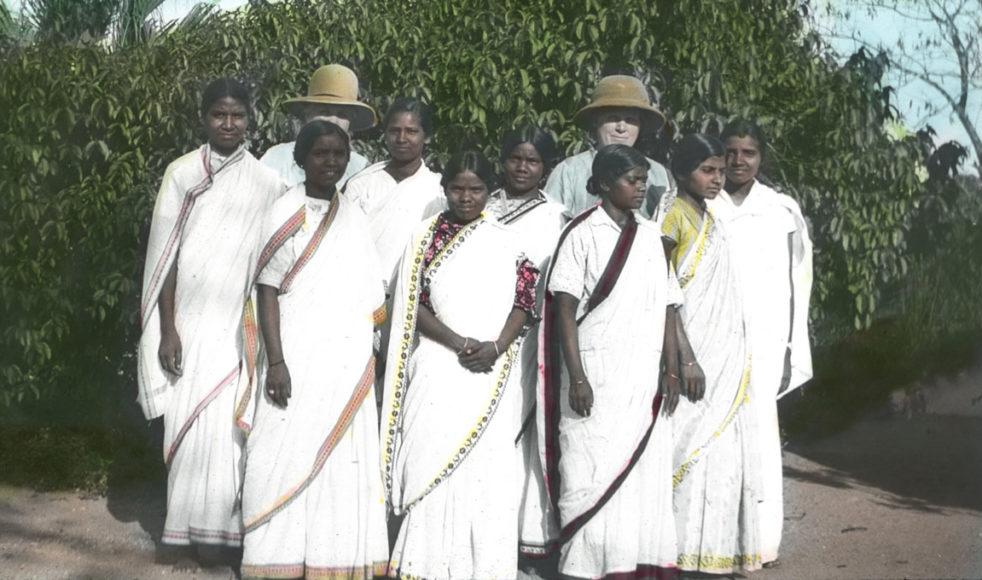 Missionärerna Wendela Wigert (skymd till vänster) och Ester Carlsson med en grupp kvinnliga bibelskoleelever i Shahpur.
