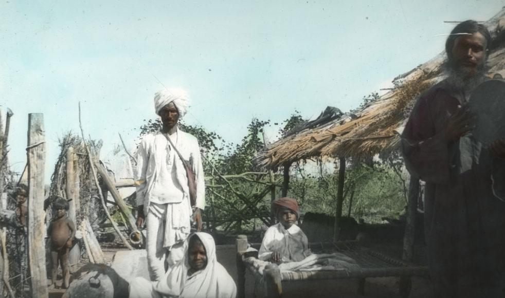 Hirday Baby och hans hustru Hirma (sittande), var evangelister bland gonderna i Indien.