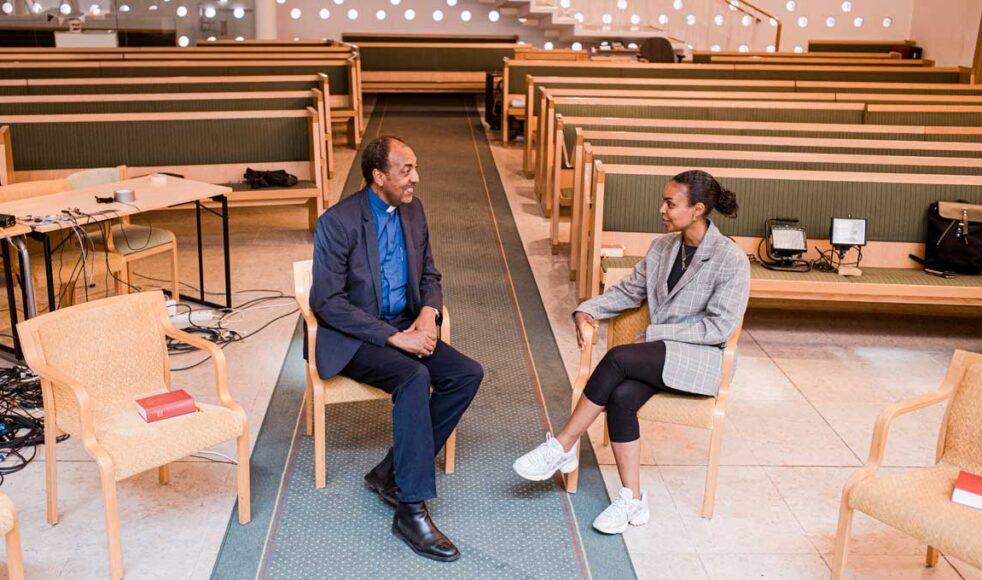 – Elden som missionärerna förde med sig till Eritrea och Etiopien under 1850-talets väckelse inom EFS hoppas jag få se här i Sverige, säger Fetsum Natnael. Här med Budbärarens Dagmawit Alemayehu. Bild: Johan Ericson