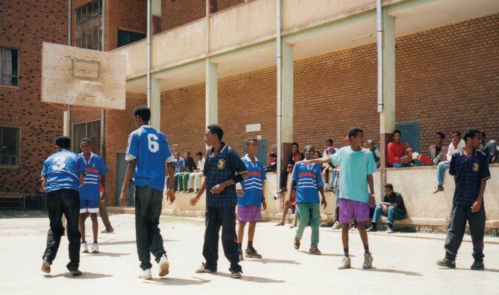 Innergården på den skola i Asmara där Fetsum gick grundskolan. På samma plats tros den tidigare skolan, som byggdes av EFS missionärer 1902, ha legat. Bild från 2001. Bild: Annika Nilsson