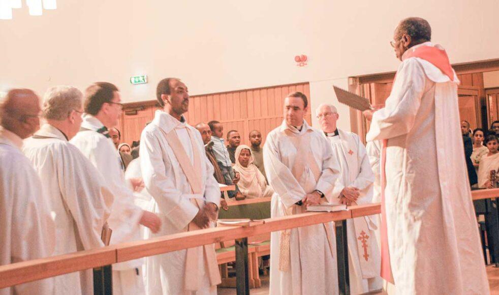 Fetsum Natnaels prästvigning blev historisk då den eritreanska biskopen för första gången någonsin reste utanför Eritreas gränser för att leda ceremonin. Bild: Privat
