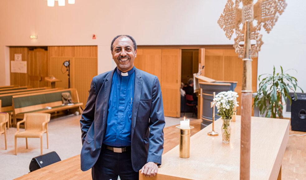 – Jag är inte som en svensk präst, jag upplever att vi eritreanska präster tar på oss mer än vi kanske borde, säger Fetsum Natnael.