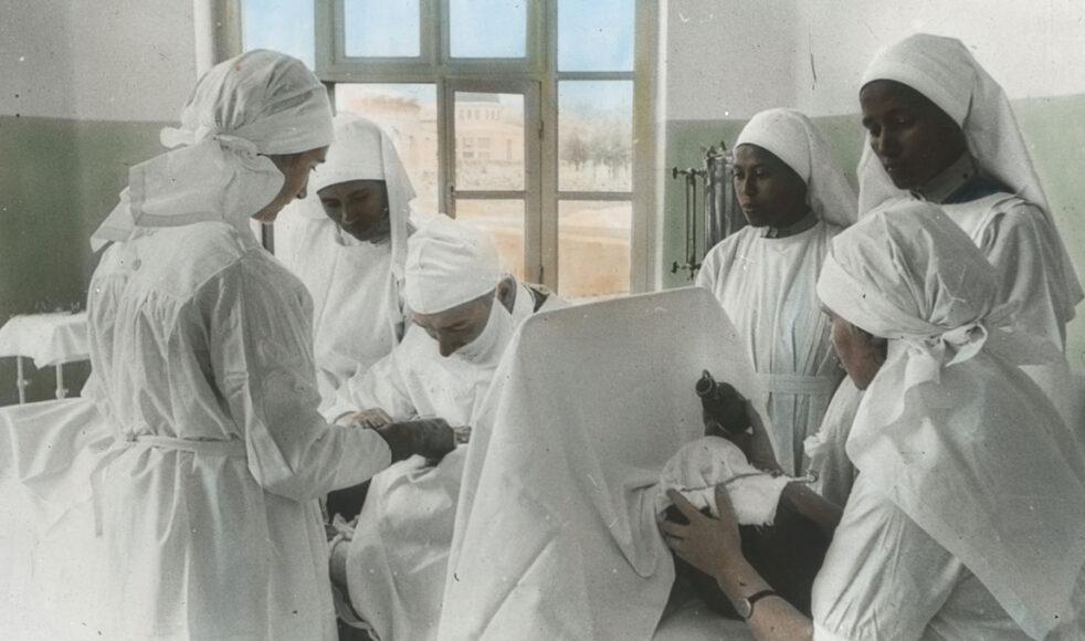 Några av de första sjuksköterskorna rekryterades till sjukhus i Addis Abeba. Här syns de assistera vid en operation.