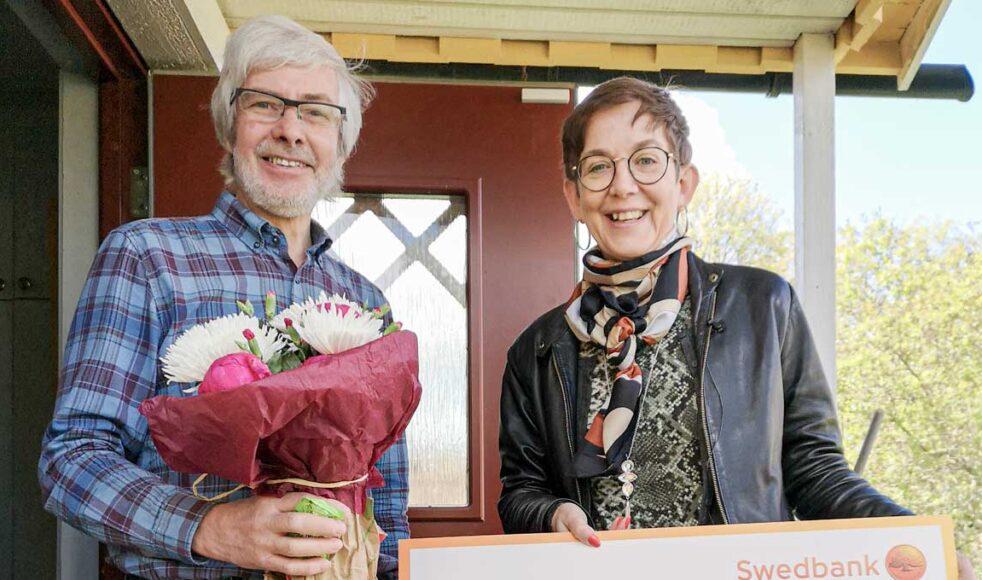 EFS missionsföreståndare Kerstin Oderhem delade ut priset i form av blommor, diplom och en check på 10 000 kronor till en förvånad och överraskad Martin Nilsson i Gamla Uppsala. Bild: Victor Forssman