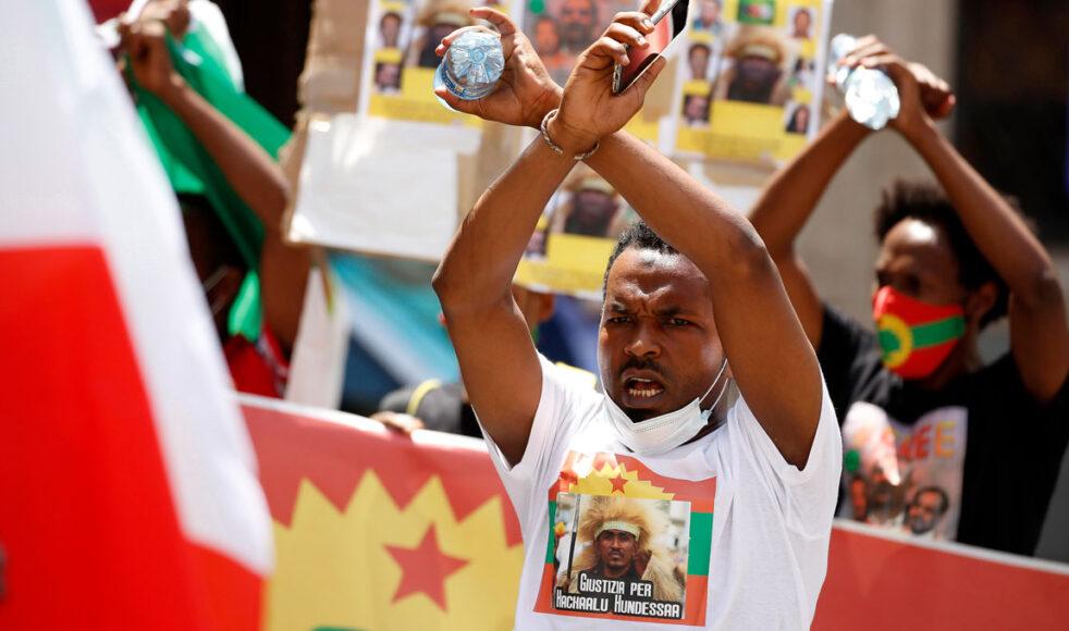 Protester i Etiopien efter mordet på artisten Hachalu Hundessa, vars låtar har blivit ljudspår för kampen om mer inflytande för oromofolket. Bild: TT