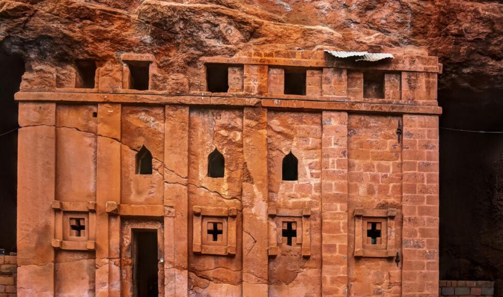 Det historiska området Lalibela fick sitt nuvarande namn efter kung Lalibela vars mål var att skapa ett nytt etiopiskt Jerusalem. Kyrkorna sägs vara placerade så att de representerar »Den heliga staden«.