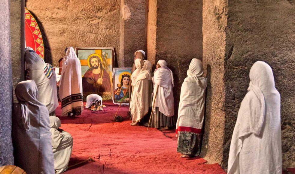 Pilgrimer och turister vallfärdar till de historiska klippkyrkorna i Lalibela.