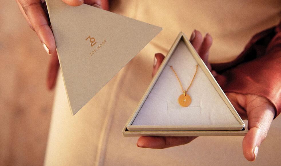 Varje smycke i Zoe Hoops första kollektion bygger på ett bibelord. Bild: Per Norberg