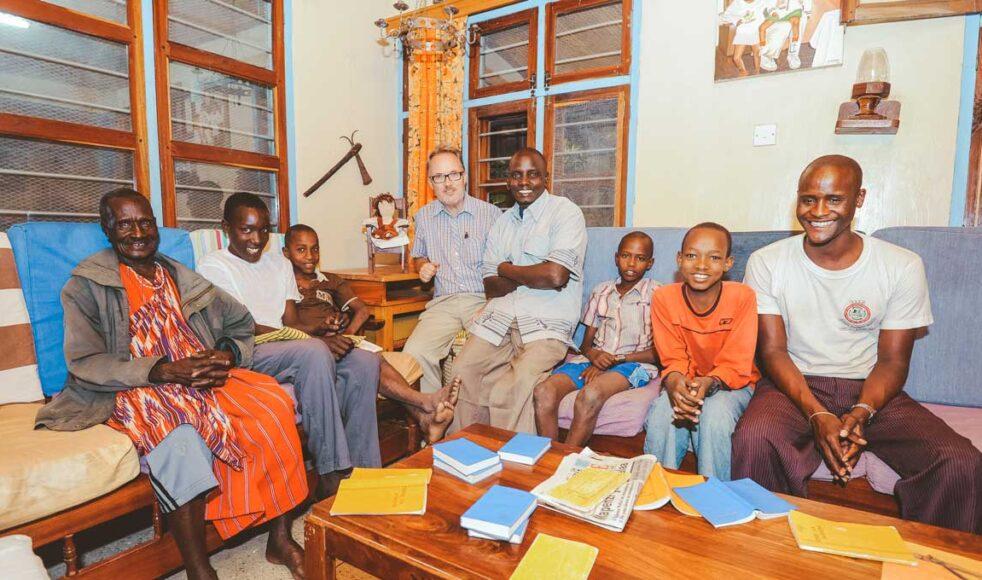 Ulf Ekängen har en storfamilj på 24 fosterbarn och 35 barnbarn i Tanzania. – När jag mötte Alais, mitt första fosterbarn, låg han på en kohud under ett träd, hade kräkts och var skitig. Bild: Jonas Nimmersjö