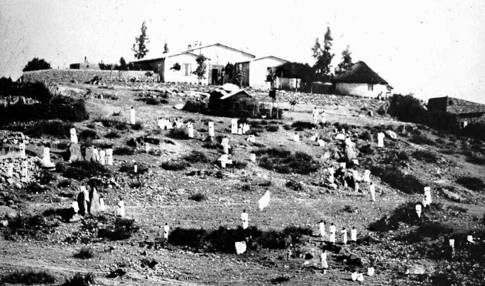 Belessa missionsstation 1908. Skolbarnen står uppställda i backen.