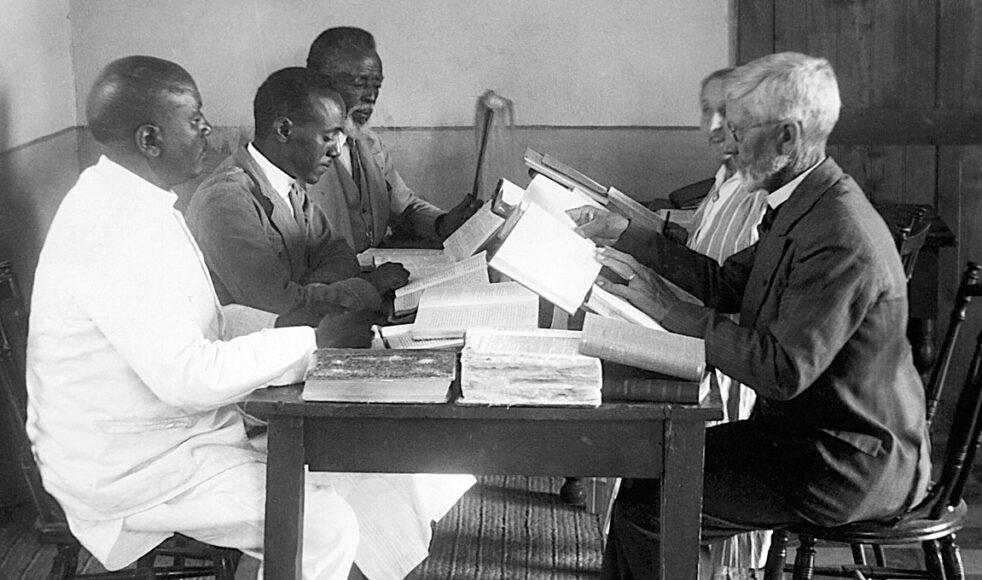 Elsie var med i kommittén som reviderade Nya testamentet på tigrinja. Här syns hon skymd till höger. Årtalet är 1933.
