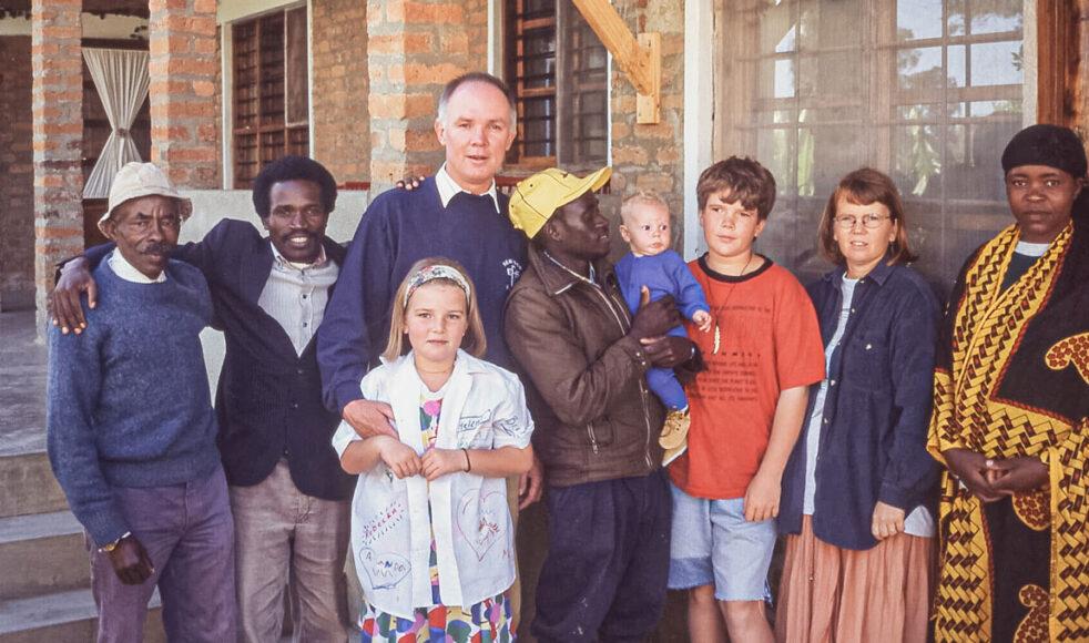 – Mina föräldrar har varit en av Guds vägar att nå till mig, säger Erika Persson. Här står hon som barn framför pappa Rune Persson tillsammans med resterande familj i Tanzania. Bild: Privat