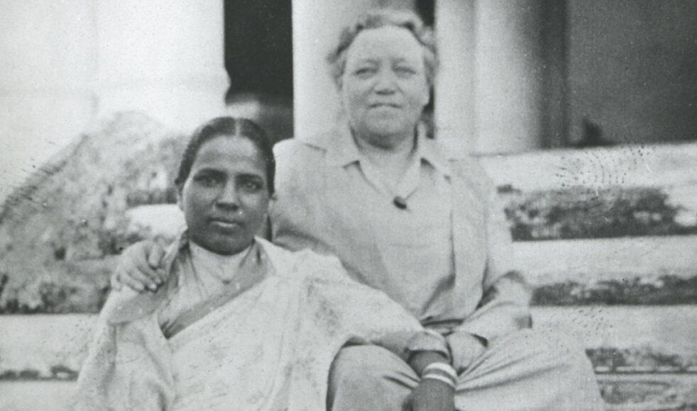 Vivi tillsammans med Negeshar Bai, en bibelkvinna vars levnadssaga kan läsas i Vivis bok Keshonaratans Döttrar.