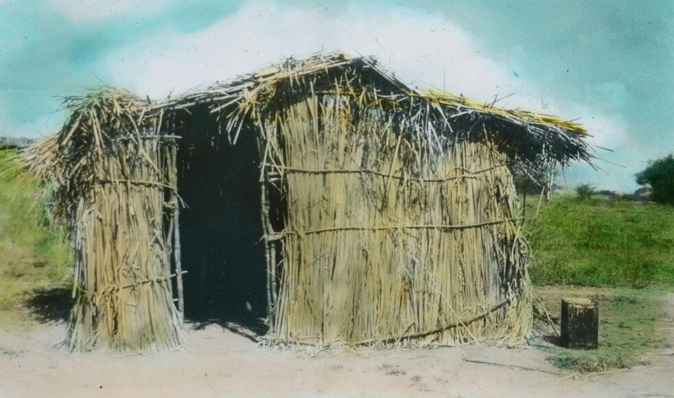 Den enkla hydda som tjänstgjorde som den första kliniken i Ilula i Tanzania.